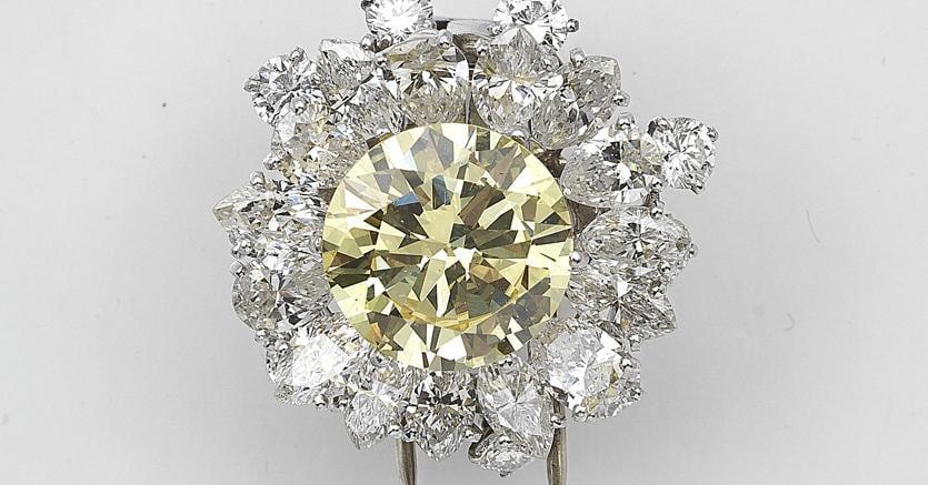Dorotheum un diamante Francy Intense Yellow di 4,66 carati montato con diversi diamanti di circa 4 carati totali su una clip e valutato 50-80mila euro