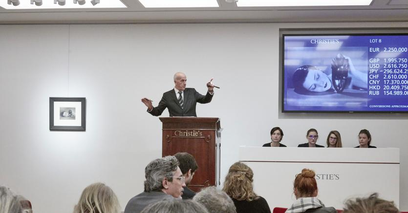 Sala d'aste di Christie's Parigi all'atto dell'aggiudicazione di Noire et blanche di Man Ray