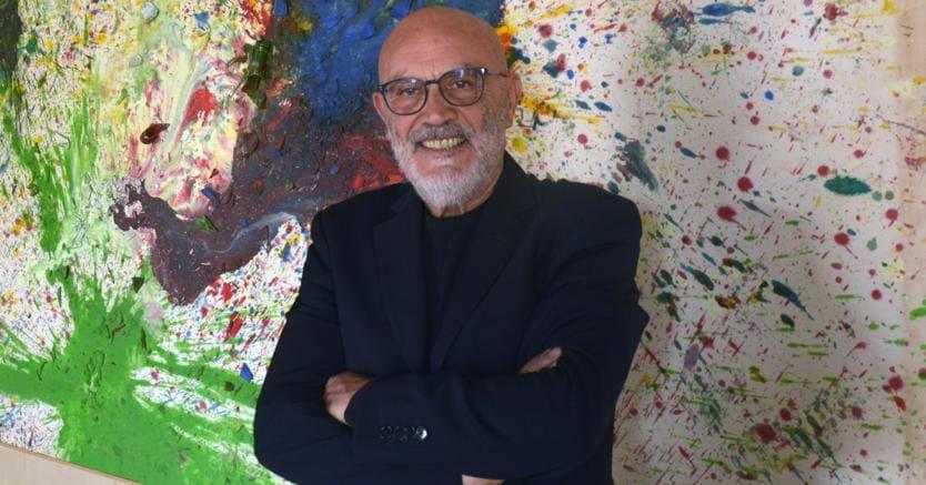 Giuseppe Morra, fotografato da Fabio Donato con alle spalle un'opera di Shozo Shimamoto