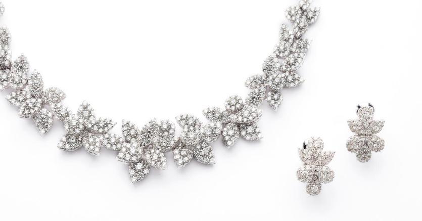 Minerva -  parure in oro bianco e diamanti composta da collana e coppia di orecchini con motivi a foglie, diamanti taglio brillante per 50 carati circa, stimata 22mila euro e venduta a 27.500