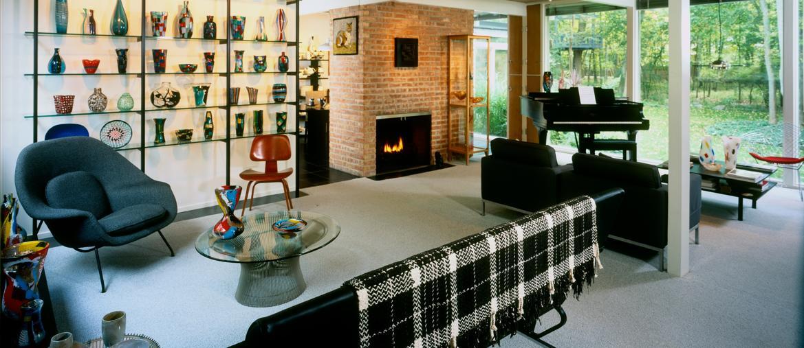 Interni della residenza dei proprietari della collezione di vetri italiani proposta da Wright di Chicago conparte della collezione esposta (foto di Julius Shulman)