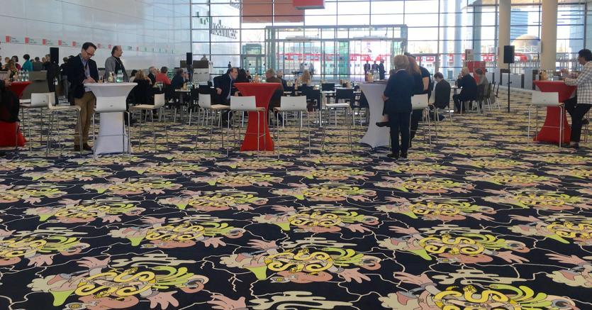 """Zuzanna Czebatul, """"Higher Than The Sun"""", Art Cologne 2018, Foto Silvia Anna Barrilà. L'installazione ricordava gli interni dei casino di Las Vegas, pensati per stimolare i visitatori a spendere soldi con parole come """"cash"""", """"mega"""", """"hype"""", """"now"""". L'ultimo giorno della fiera è stata tagliata in 200 pezzi, venduti a 50 euro l'uno e donati alla lotta contro il cancro"""