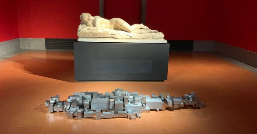 """""""Settlement"""", sul pavimento della sala 43, in dialogo con il celebre 'Ermafrodito dormiente', copia romana di età imperiale da un originale ellenistico del II secolo a.C"""