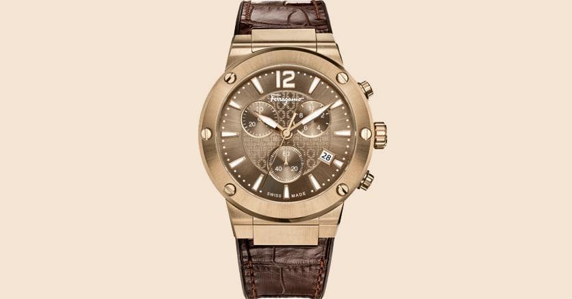 """Cronografo. Tra le novità presentate nel 2017 dalla divisione Timepieces di Salvatore Ferragamo, questa nuova versione dell'F-80, con quadrante e cassa """"bronze"""" da 44 millimetri, ideale per il polso maschile. Costa 1.540 euro"""