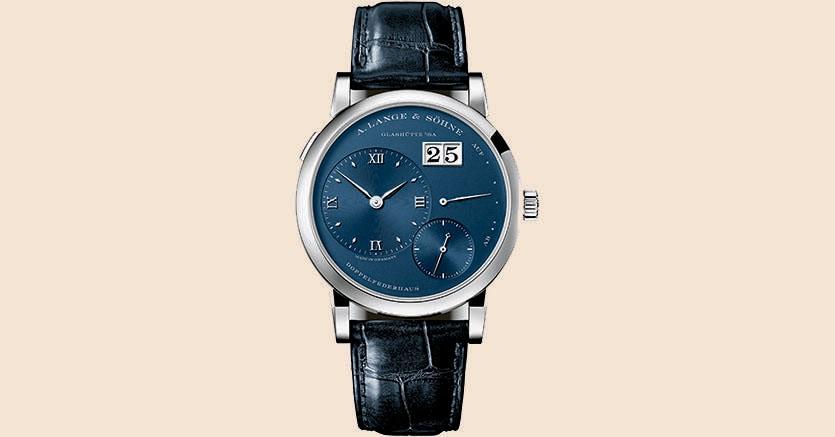 Il Lange 1, nella nuova versione con cassa in oro bianco e quadrante blu, monta il calibro a carica manuale L121.1 e costa 32.500 euro