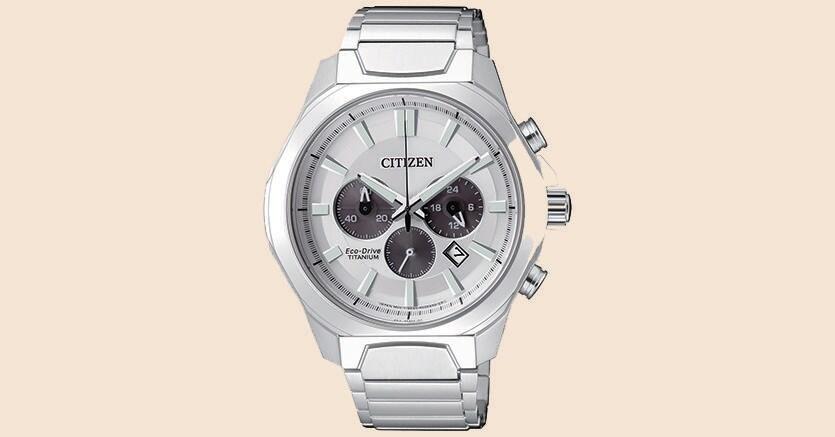 Citizen Crono 4320 con cassa e bracciale in Super Titanio a finitura platino (348 euro).