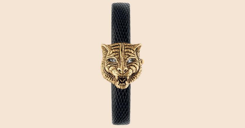 Orologio-gioiello.Il secret watch Le marché des merveilles ha cassa girevole a testa di felino in oro giallo 18 carati intagliato, quadrante in madreperla , cinturino in lucertola (prezzo: 10mila euro)