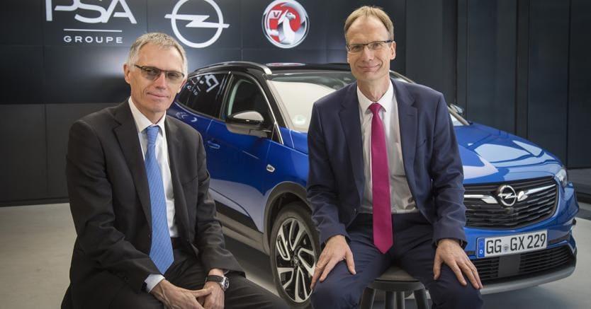 Incontro di «Pace».  Il piano strategico ideato per il  rilancio di Opel si chiama PACE!  ed è stato presentato da Carlos Tavares (a sinistra), il ceo di Psa (Peugeot, Citroën e DS) e da Michael Lohscheller numero uno di Opel e Vauxhall