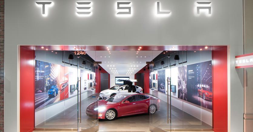 Innovazione. Nella foto uno show room della Tesla: la casa californiana specializzata in elettriche ha digitalizzato l'approccio con i clienti