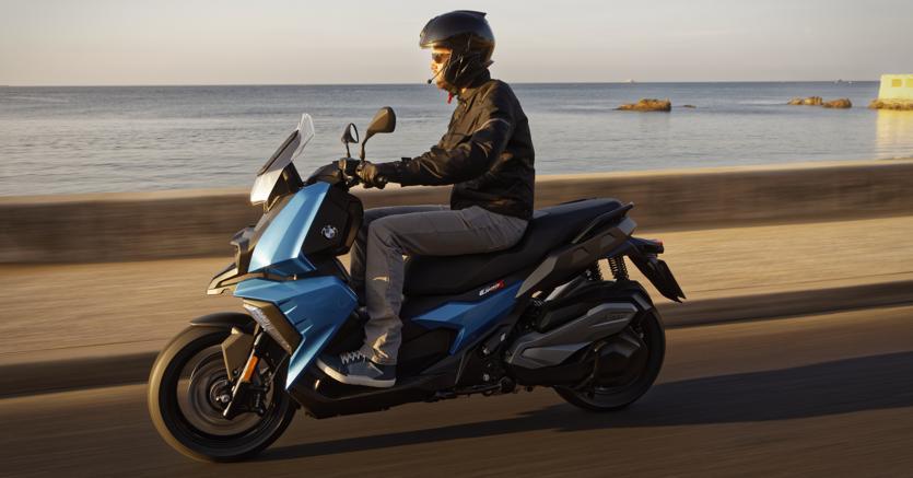 Bmw.Il C 400 X monta un motore monocilindrico da 350 cc e ruote da 15 e 14 pollici. Di serie, ha controllo di trazione e cruscotto a colori con schermo Tft da 6,5 pollici