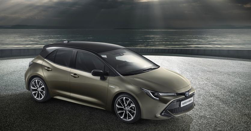 Fra le novità della terza generazione di Toyota Auris  c'è l'introduzione nella gamma motori di un powertrain full hybrid in due varianti: con motore termico 1.800 cc da 122 cv oppure con duemila da 180 cv. Alla berlina seguirà poi la wagon