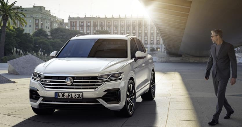 Cambio di marcia. Con la terza generazione  il  suv di grossa taglia Volkswagen Touareg si ripresenta con un linea più personale dove spicca l'ampia  griglia anteriore  che imprime un look dalla marcata intonazione sportiva
