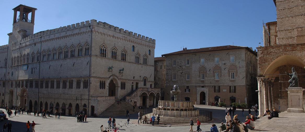 Piazza IV Novembre con la fontana, il Palazzo dei Priori e la cattedrale (Fonte: Comune di Perugia)