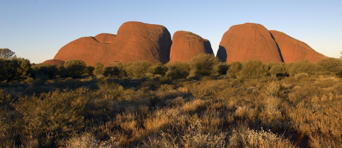 """Kata Tjuta, significa """"molte teste"""" e indica le rocce a cupola che formano il complesso di monti omonimi vicino a Uluru (ph Tourism NT)"""