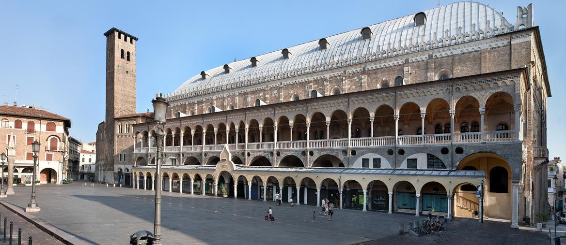 Piazza della Frutta con il Palazzo della Ragione (GabinettoFotograficodei Musei CiviciPadova )