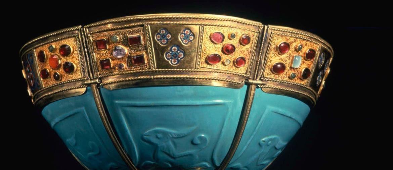 Coppa in pasta vitrea turchese Iran o Iraq Coppa: IX-X secolo; montatura: arte bizantina, X-XI secolo Pasta vitrea turchese, argento dorato, smalto cloisonné d'oro, pietre preziose Venezia, Procuratoria di San Marco, Tesoro