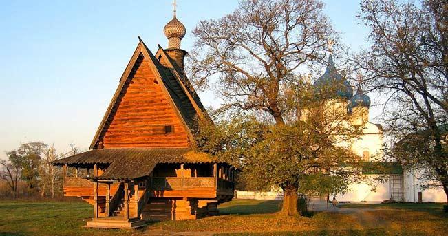 Suzdal, una piccola chiesa ortodossa. Sullo sfondo, la cattedrale della Natività