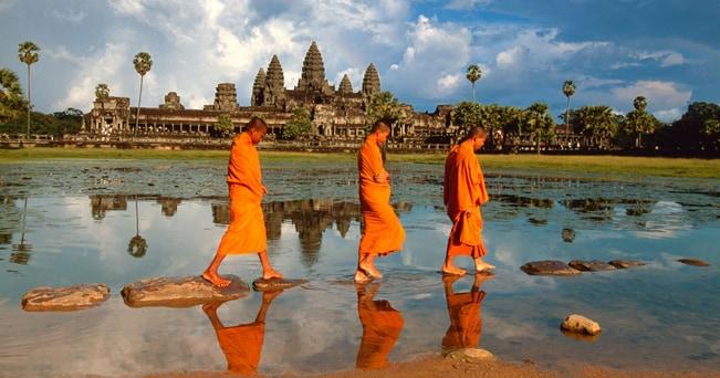 Monaci ad Angkor Wat in Cambogia (foto Alamy/Milestone Media)