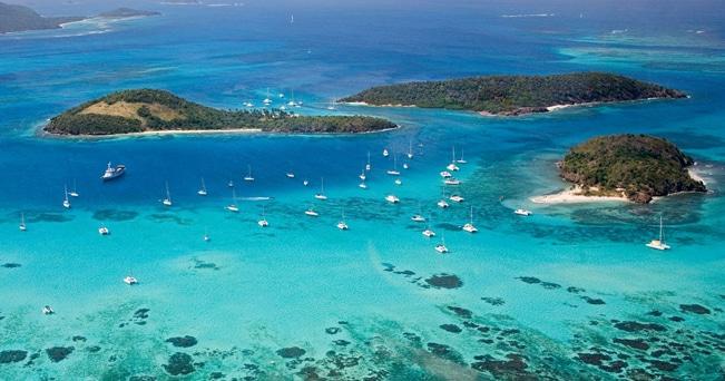 Catamarani nell'arcipelago di Tobago Cays, Grenadines del sud (foto Peter Phipp / Alamy)