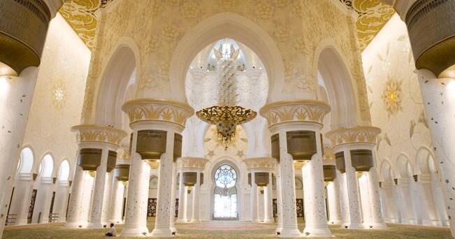 L'interno della moschea Sheikh Zayed con il lampadario e il tappeto fatto a mano più grandi del mondo
