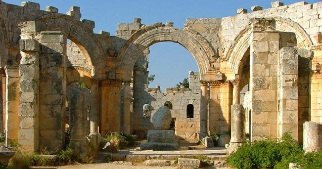 Rovine della Chiesa di San Simeone lo Stilita, a circa 30 km a nord-ovest di Aleppo, con i resti della colonna dove il santo visse per 37 anni