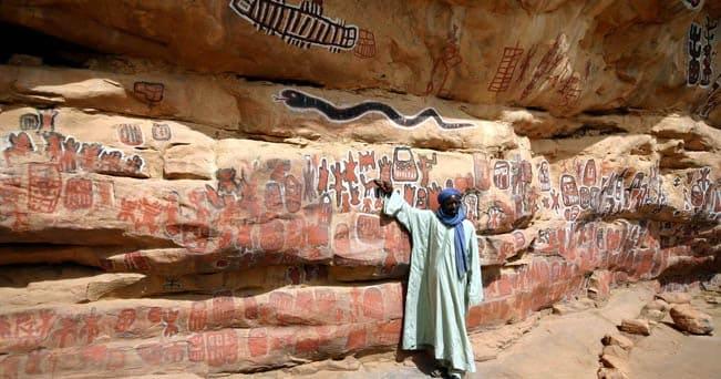 Pitture rupestri Dogon in una grotta sulla falesia di Bandiagara