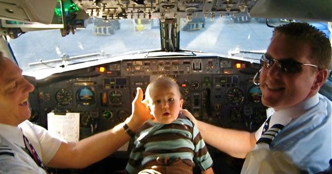 Sono migliaia i baby frequent flyer, che viaggiano anche non accompagnati da mamma e papà. Ma non tutti sono d'accordo