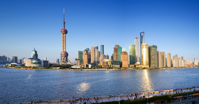 Lo skyline di Shanghai visto attraverso il fiume Huangpu (foto JLImages / Alamy)