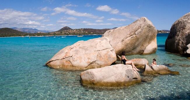 I lastroni rocciosi della spiaggia di Santa Giulia (foto Tristan Deschamps / Alamy)