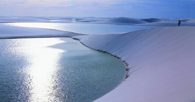 Le grandi dune bianche di quarzo finissimo nel  Parque Nacional de Lençóis Maranhenses (foto Turismo Brasile)