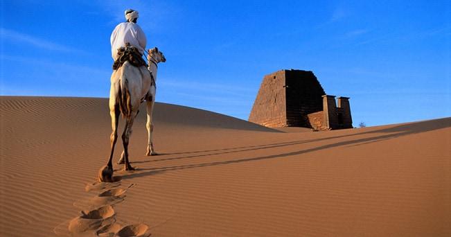 Un uomo si dirige verso la necropoli di Meroe (foto Michael Freeman / Alamy)