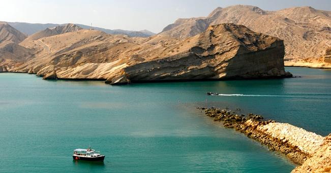 L'ingresso alla Baia di Barr Al Jissah tra le montagne rocciose nei pressi di Muscat (foto GFC Collection / Alamy)