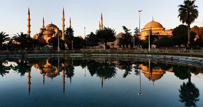 Aiuole multicolori nel quartiere di Sultanahmet, attorno alla Moschea Blu (foto Alamy / Milestone Media)