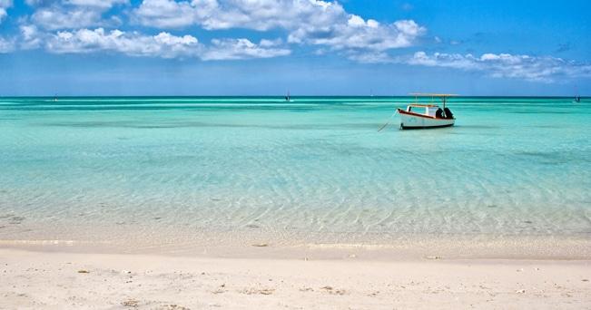 Una barca ormeggiata nelle acque di Palm Beach (foto Alamy/Milestone Media)