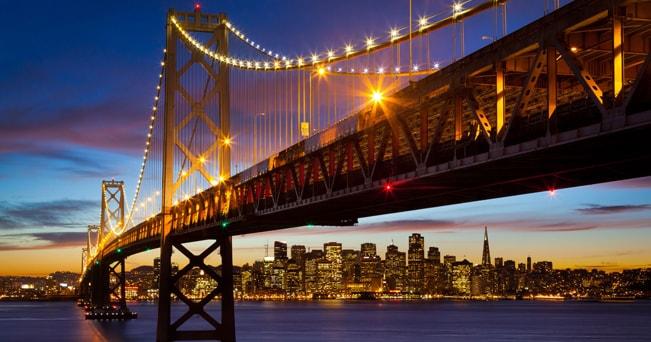 Bay Bridge illuminato  (foto Alamy/Milestone Media)