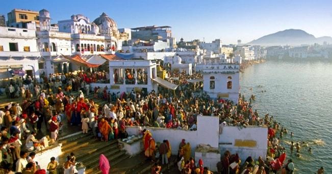 I ghat di Pushkar, città sacra per gli indù in Rajasthan (foto Milestone Media)