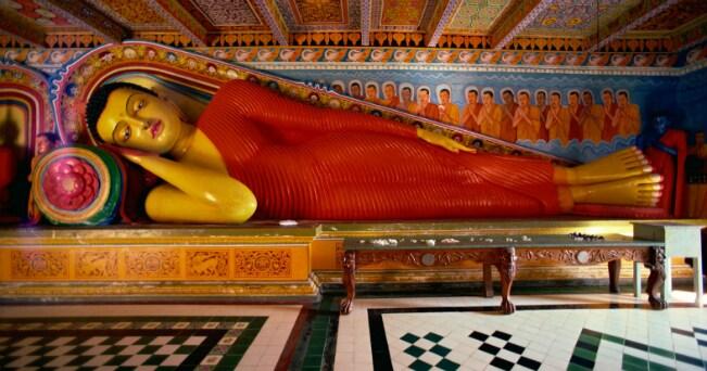 Un Buddha reclinato ad Anuradhapura (foto IPA)