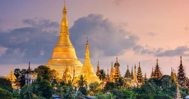 La pagoda Shwedagon sorge su una collina alla quale si accede da quattro immense scalinate ed è costituita da un'enorme cupola ricoperta d'oro, diamanti e altre gemme (ph IPA)