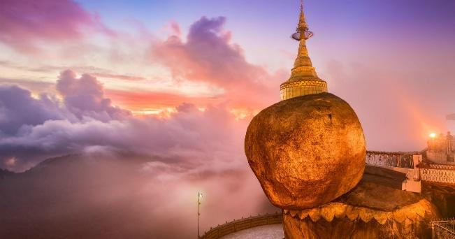 """La pagoda Kyaikhtiyoe (""""la roccia dorata"""") un enorme masso interamente coperto con lamine d'oro e posizionato in bilico sul bordo di una rupe (ph IPA)"""