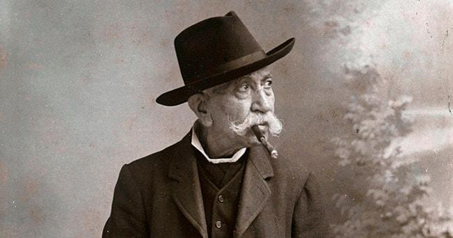 Un estimatore  del sigaro Toscano in uno scatto d'epoca (foto  Fratelli Alinari 24 Ore)