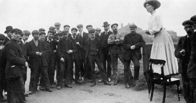 La suffragetta Una Dugdale si rivolge ad un piccola folla di uomini in occasione delle elezioni suppletive di Newcastle. Autore sconosciuto, settembre 1908, Heritage Images / A.G.F.