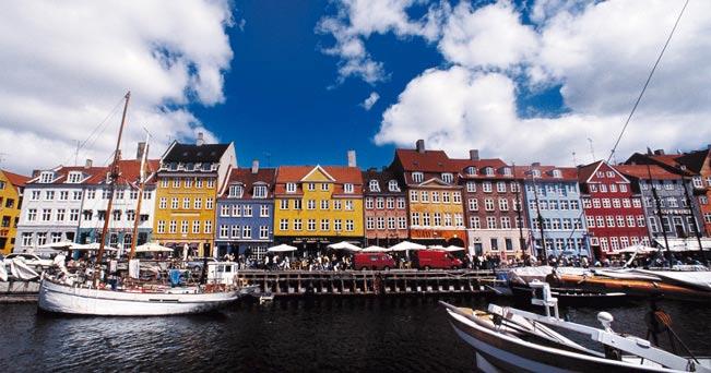 Nyhavn, la zona più famosa di Copenaghen, le cui case colorate sono il volto tradizionale della capitale danese