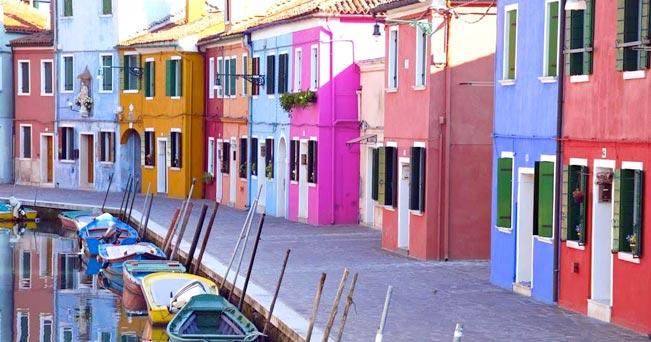 Una delle tipiche e colorate vie dell'isola di Burano, nel cuore della laguna di Venezia