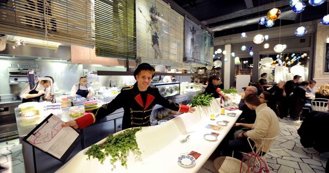Il bancone e la cucina a vista del Tickets, nuovo gastrobar e ristorante dei fratelli Adrià (foto Enrico De Santis)
