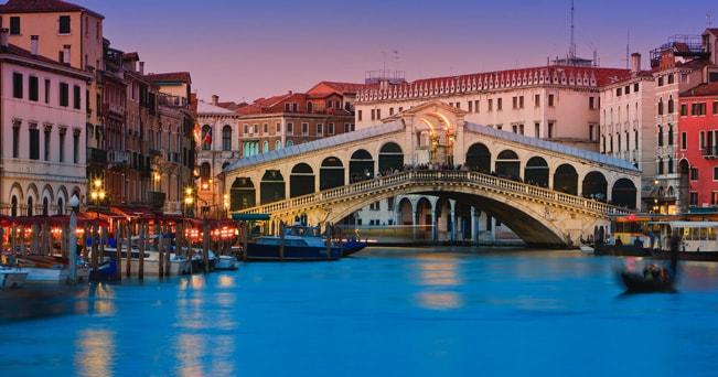 Venezia, il Ponte di Rialto al tramonto (foto Henk Meijer / Alamy / Milestone Media)