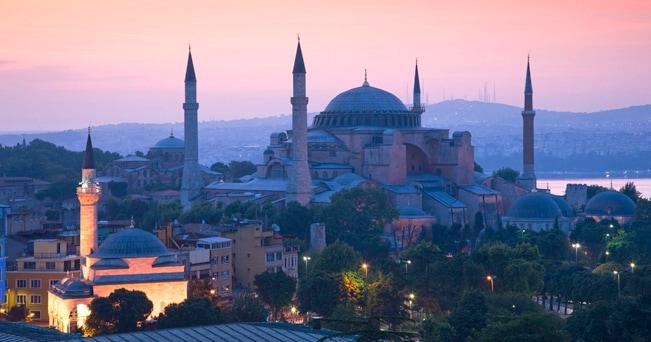 Il profilo di Santa Sofia al crepuscolo (foto Alamy/Milestone Media)
