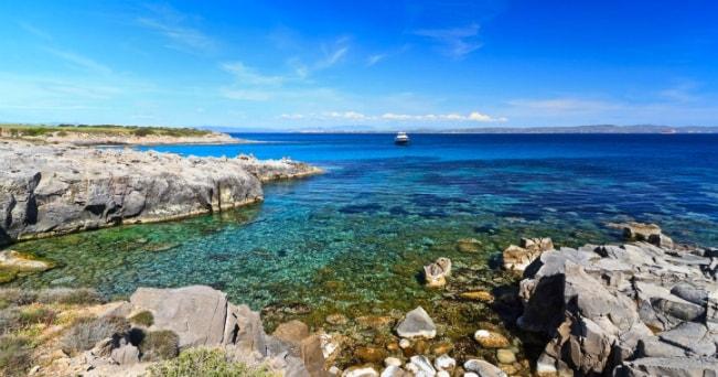 Una baia vicino alla spiaggia delle Bobba a Carloforte (foto Milestone Media)
