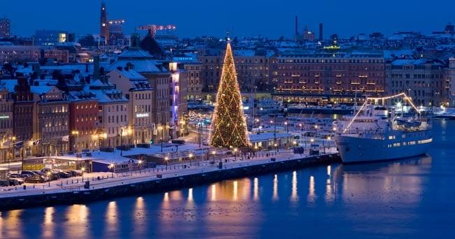 Stoccolma, l'albero di Natale a Skeppsbron, la città vecchia (foto Henrik Trygg)