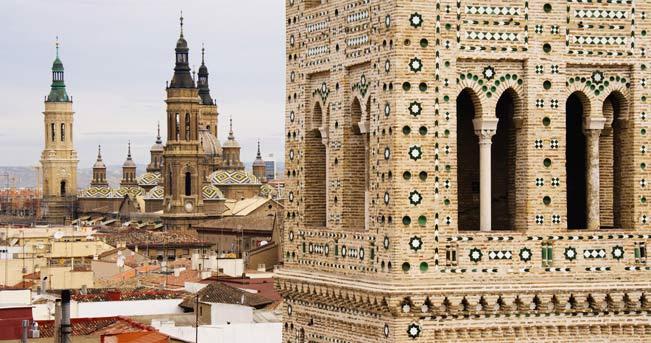 La torre della chiesa di Santa María Magdalena con vista su quella di Nostra Signora del Pilar © Marka