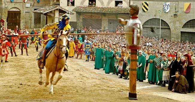Arezzo, un cavaliere durante la Giostra del Saracino (foto Christine Webb / Alamy)